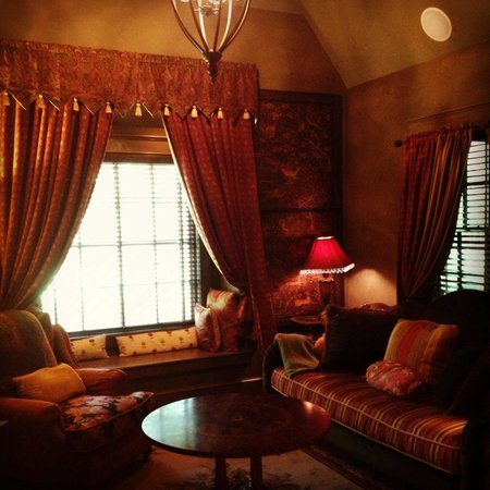 The Inn at Irish Hollow: Living room.
