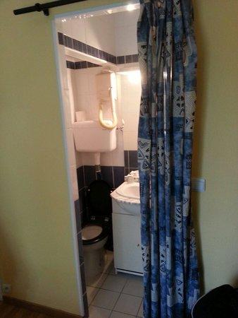 Hotel Mermoz : Un rideau en guise de porte de salle d eau!! Autant dire que les toilettes sont directement dans