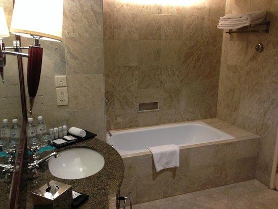 Le Meridien Kota Kinabalu : Huge bathroom