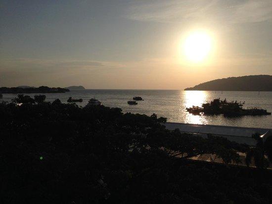 Le Meridien Kota Kinabalu : Sunset from the ocean-facing room