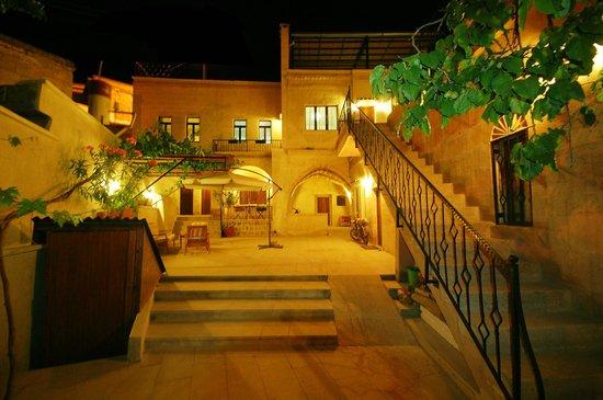 Karadut Cave Hotel: courtyard & garden