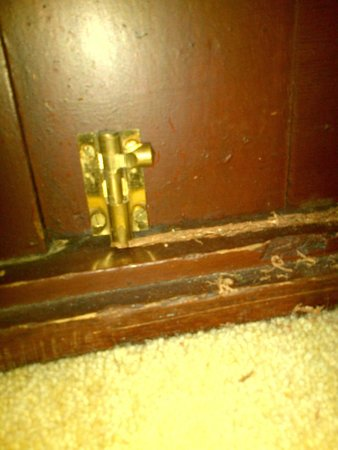Hilton Coylumbridge Hotel : This bolt does nothing to lock the door