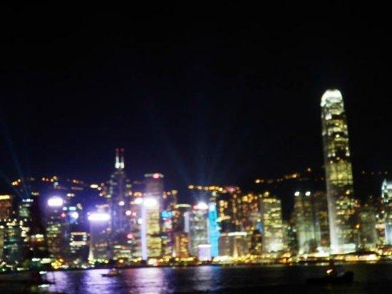 Victoria Harbour: ビーム状の直線の光が香港島からいくつも照射されたりもしていた
