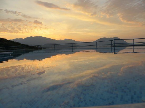 Esperides Resort Hotel: Sunset over infinity pool