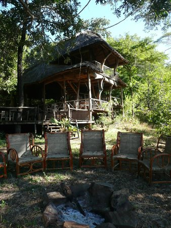 Bua River Lodge : Blick von der Feuerstelle aufs Haupthaus