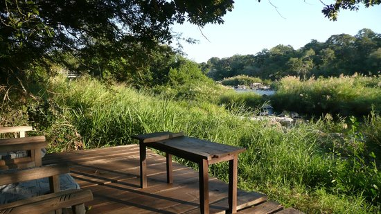 Bua River Lodge: Sitzplatz am Fluss