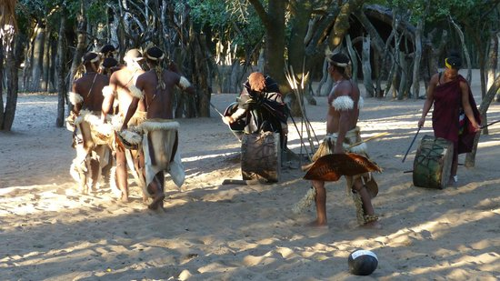 Gooderson DumaZulu Lodge and Traditional Zulu Village: Zulu Dancing