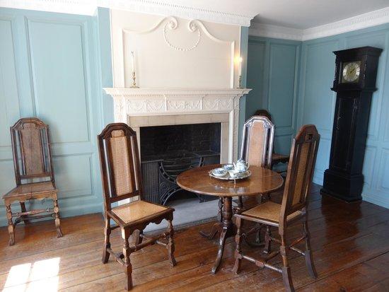 "Captain Cook Memorial Museum Whitby: Одна из комнат Мемориального музея, ""Голубая"""