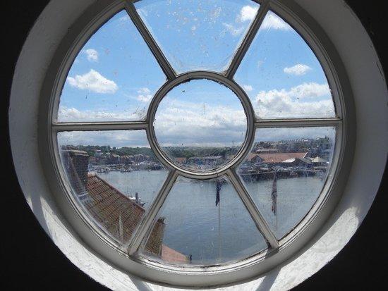 Captain Cook Memorial Museum Whitby: круглое окно на лестнице в доме, где жил Джеймс Кук