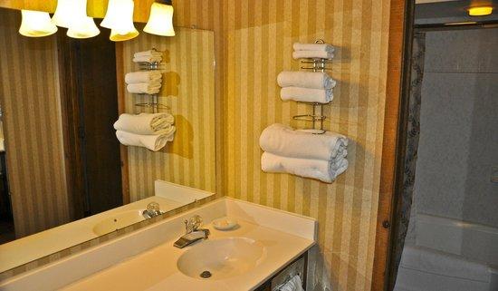 Madden's on Gull Lake: Bath, Sunrise Villa Room, Madden's Resort on Gull Lake, Brainerd MN