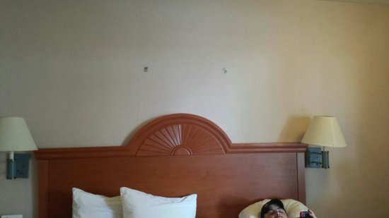 Red Roof Inn - Chattanooga Airport : Striped wall.