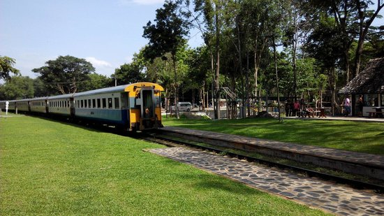 Thai-Burma Railway (Death Railway): 火車
