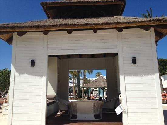 SENTIDO H10 White Suites: around pool area