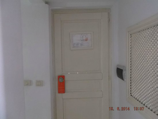Seabel Alhambra Beach Golf & Spa : cant really see it from this but ! front door had gaps cracks and paper thin