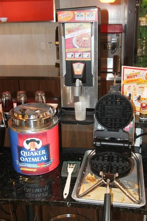 Country Inn & Suites by Radisson, Dallas-Love Field (Medical Center), TX : Waffle Maker / Oatmeal