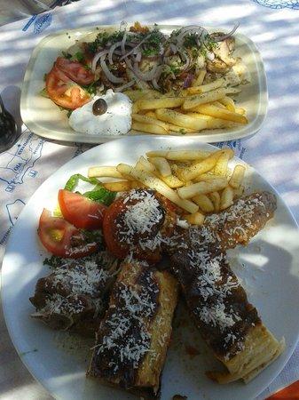 porto castello misto di piatti tipici della cucina greca e gyros di pollo