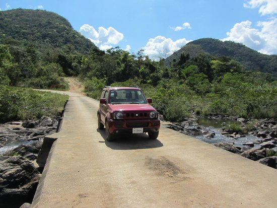 Maya-Ruinen von Caracol: Caracol road with our Jimny