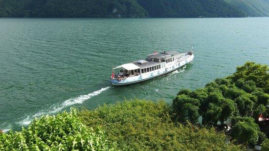 Hotel Stella d'Italia: Das ablegende Motorschiff