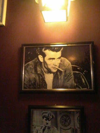 La Mafia Trattoria: Sala com fotos - Holywwood: james Dean