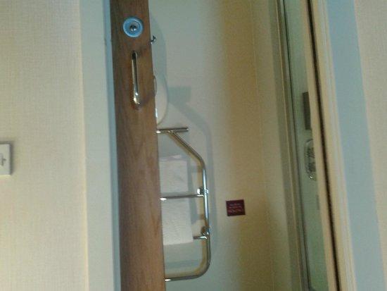 Premier Inn Portsmouth Port Solent Hotel: Shower room