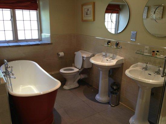 The Slaughters Country Inn: Spacious bath