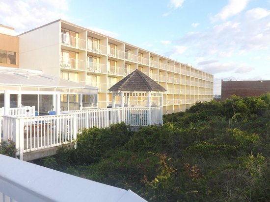 Ramada Plaza Nags Head Oceanfront: Several gazebo's to relax in