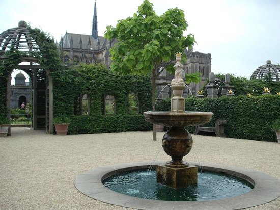 Arundel Castle and Gardens: Gardens with cathedral backdrop