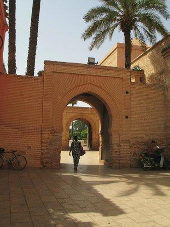 Mosquée et minaret de Koutoubia : Through the archway to the park