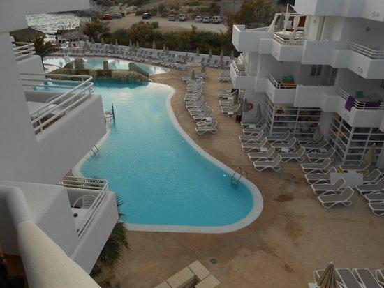 FERGUS Style Cala Blanca Suites: Vue de la piscine depuis l'immeuble