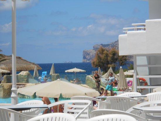 FERGUS Style Cala Blanca Suites: Vue de l'espace piscine depuis la grande terrasse du restaurant