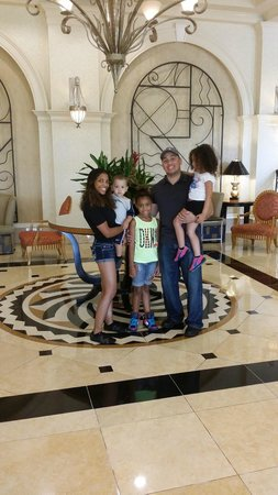 Hilton Naples: My lovely family in lobby