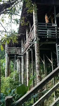 Village culturel Sarawak : carved and painted pillars