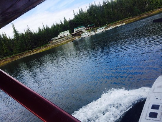 Silverking Lodge: Landing and coming in by float plane .  You can come over to the island by boat or plane.