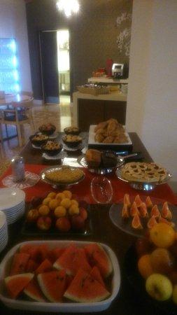 The Ziba Hotel & Spa: La colazione a buffet, con le torte, i biscotti e la crostata !!