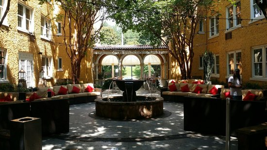 Artmore Hotel : The Courtyard