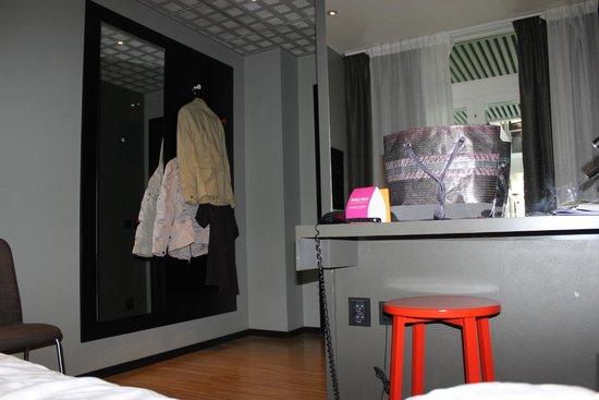 Comfort Hotel Xpress Stockholm Central: pas de placard, porte-manteaux muraux