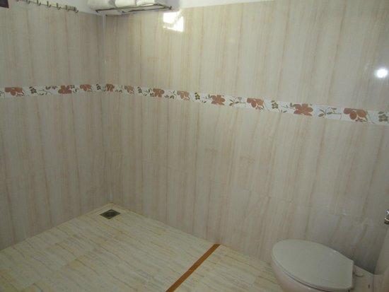 Bao Quynh Bungalow: Просторная ванная