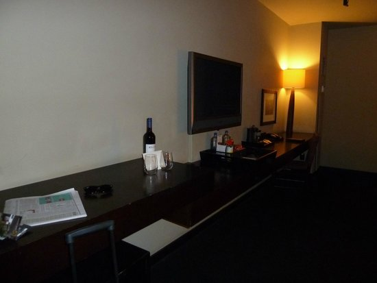 Hotel Valencia Riverwalk: Plenty of desk and closet space;