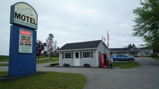 Blueberry Patch Motel : the motel sign