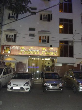Hotel Padmini Palace: Road in front of the hotel and parking.