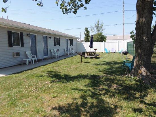 White Caps Motel: fire pits and BBQs