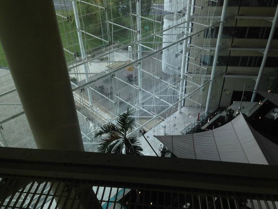 Hilton London Heathrow Airport: The atrium