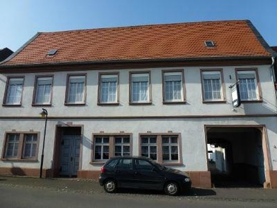 Flörsheim, Deutschland: Die Pension Tor zum Rheingau mit historischem Flair