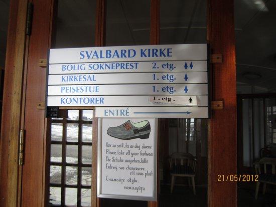 Svalbard Kirke: Ta av skoene
