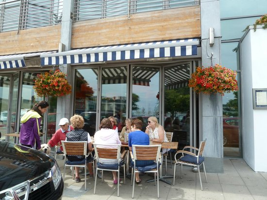 Ivans Oyster Bar & Grill: Cheery party outside