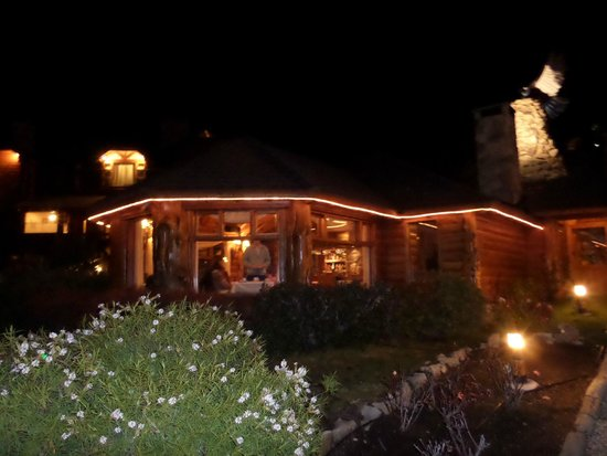 Nido del Condor Hotel & Spa: vista desde afuera, de noche