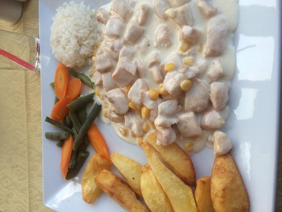The White Man Restaurant: Delicious creamy chicken with huge chips