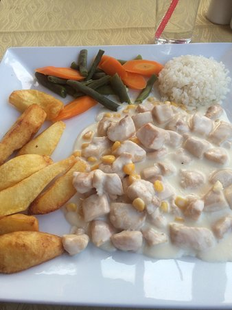 The White Man Restaurant : Delicious creamy chicken with huge chips