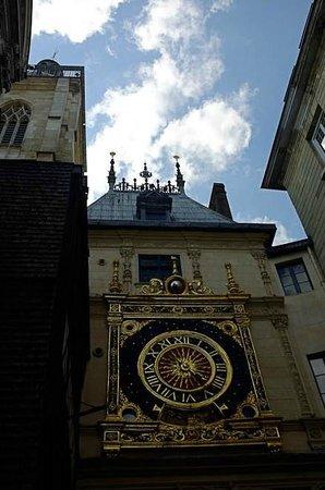 Rue du Gros Horloge : Looking up at the clock