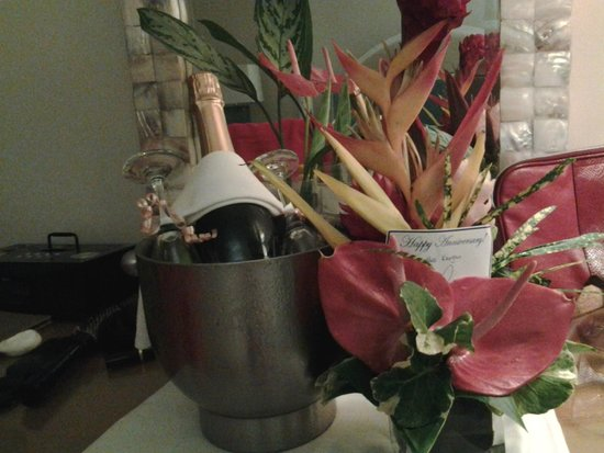 Rendezvous Resort : Bottle of champagne and flowers from hotel for our anniversary
